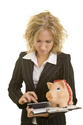 Blonde Frau hält ein Klemmbrett mit Sparschwein